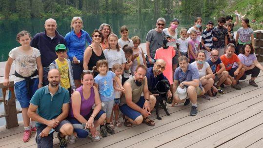 Foto di gruppo con Francesco in versione Avatar (maglietta arancione) davanti al Lago di Carezza